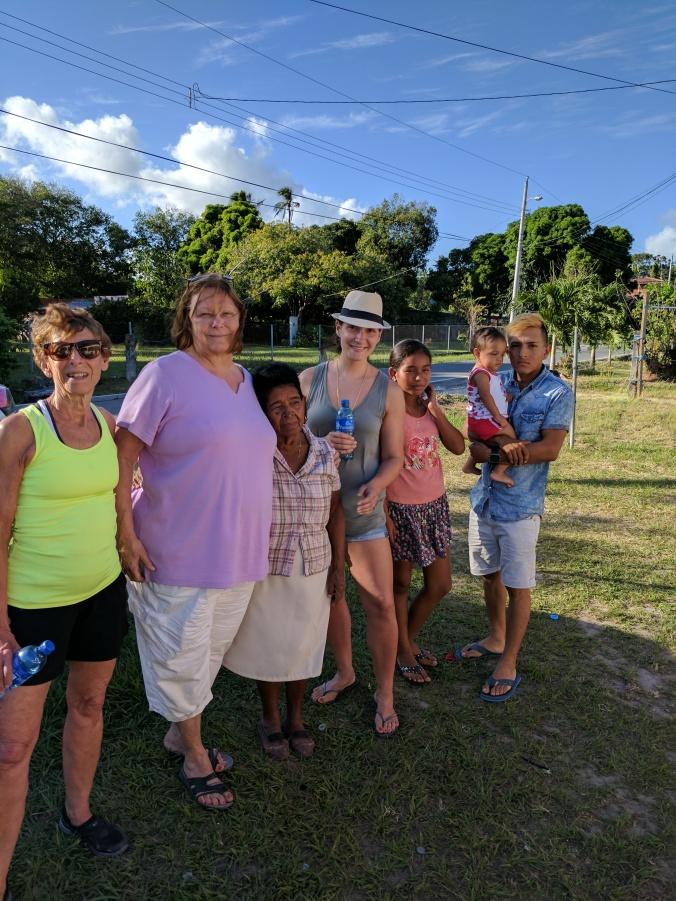 Sally, Mary, Minga, Emily, Naty, Jorge con Shari.